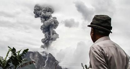 pÜber dem Vulkan Sinabung auf Sumatra sind erneut Rauchsäulen und Asche zu sehen. Der Vulkan spie die Asche mehr als einen Kilometer hoch, sagte Sutopo Nugroho von der indonesischen...