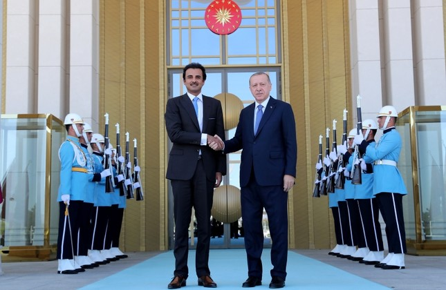 This file photo shows President Recep Tayyip Erdoğan and Qatari Emir Sheikh Tamim bin Hamad Al-Thani shake hands before their meeting at the Beştepe Presidential Palace Complex in Ankara, on Aug. 16, 2018. (AA Photo)