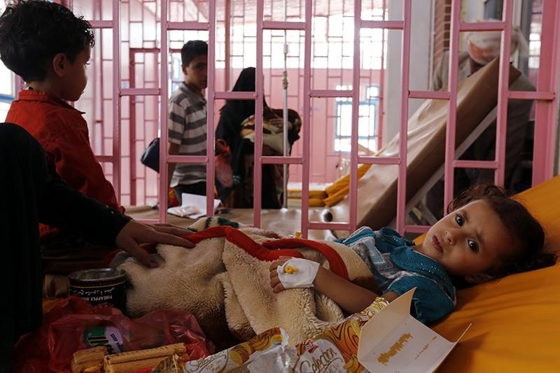 Cholera-infected Yemeni children receive treatment at a hospital amid a cholera outbreak in Sanau2019a, Yemen, 11 September 2017 (EPA Photo)