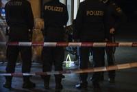 Bei einer Messerattacke auf offener Straße ist am Mittwochabend in Wien eine dreiköpfige österreichische Familie lebensgefährlich verletzt worden.  Nach Angaben der Polizei war der Täter vor...