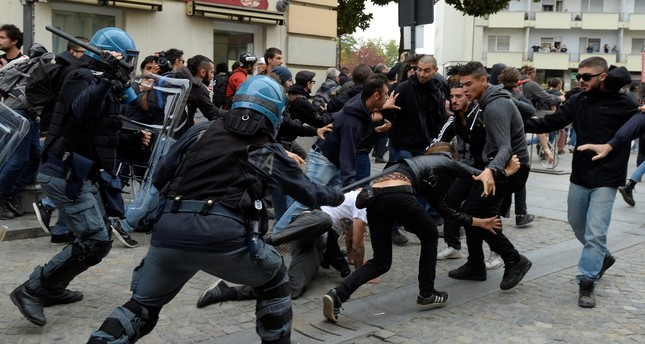 Protesters face police during a demonstration against the G7 summit of Labour Ministers in Turin, Italy September 30, 2017. (REUTERS Photo)