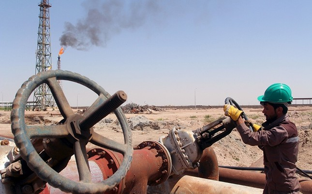 A worker checks the valve of an oil pipe at Al-Sheiba oil refinery in the southern city of Basra, Iraq, April 17, 2016. (Reuters Photo)