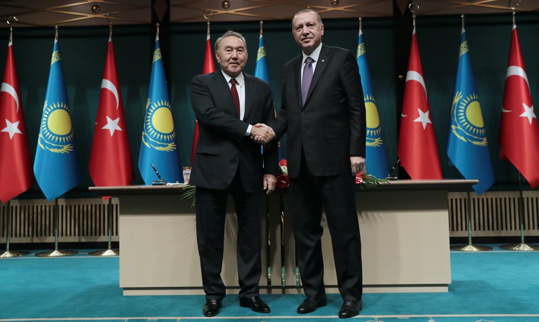 President Recep Tayyip Erdou011fan (R) and Kazakh President Nursultan Nazarbayev (L) shake hands after the joint press conference in Ankara, Sept. 13.