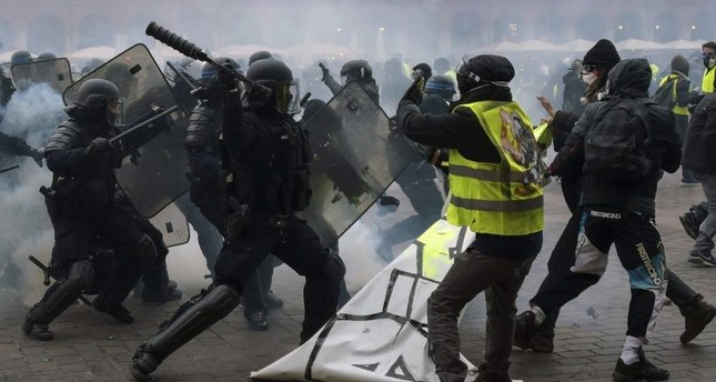 Protesters wearing yellow vests clash with police officers, Toulouse, Jan. 12, 2019. (AFP Photo)