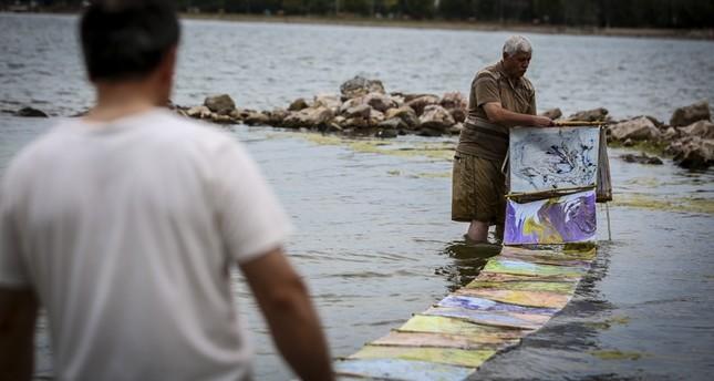 فنان تركي يرسم الإبرو على مياه بحر مرمرة