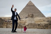 World's tallest man, shortest woman meet in Egypt for astonishing photo shoot