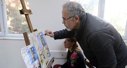 pA Syrian refugee, who is a painter by profession, has been giving art lessons to Turkish students at a public education center in Turkey's southern Hatay province./p  pSelahattin Vişo, who was...