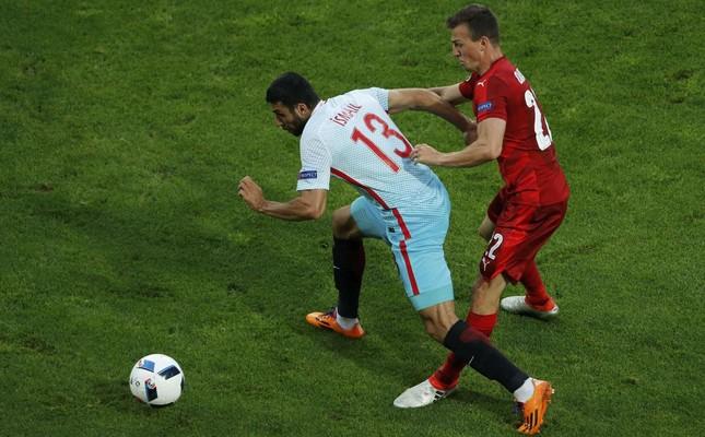 Czech Republic's Vladimir Darida and Turkey's Ismail Köybaşı in action (Reuters Photo)