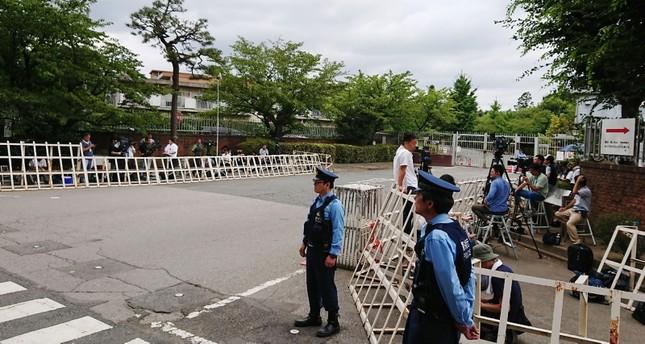 صحفيون وشرطة أمام مبنى السجن حيث تمت عمليات الإعدام (الفرنسية)