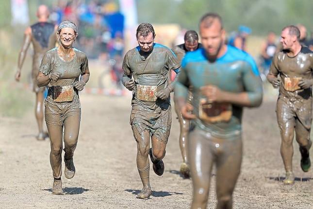 Laufen im Matsch: 3000 Sportler versinken im Schlamm