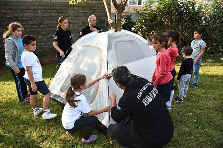 With the help of Kadu0131ku00f6y Municipality Search and Rescue, children learn how to pitch tents.