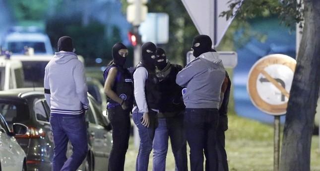 عناصر من الشرطة الفرنسية السرية أمس