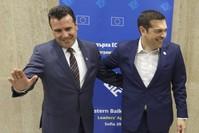 رئيس الوزراء المقدوني زوران زاييف مع نظيره اليوناني ألكسيس تسيبراس عقب اجتماع جمع بينهما في العاصمة البلغارية صوفيا 17 مايو 2018 (رويترز)