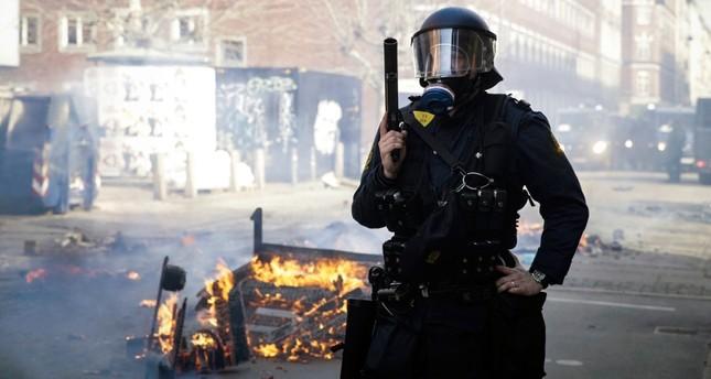 رجل شرطة في مكان اندلاع أعمال العنف (AP)