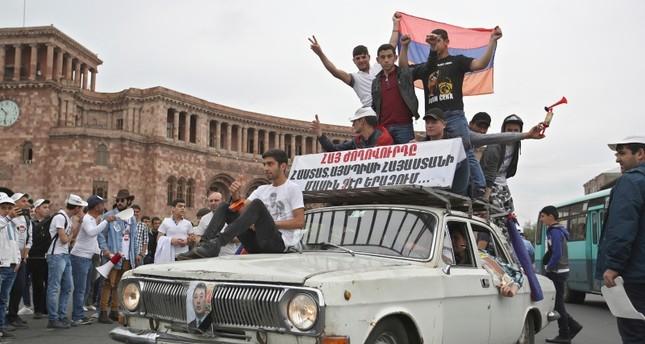 أنصار باشينيان يحتفلون في شوارع العاصمة (AP)