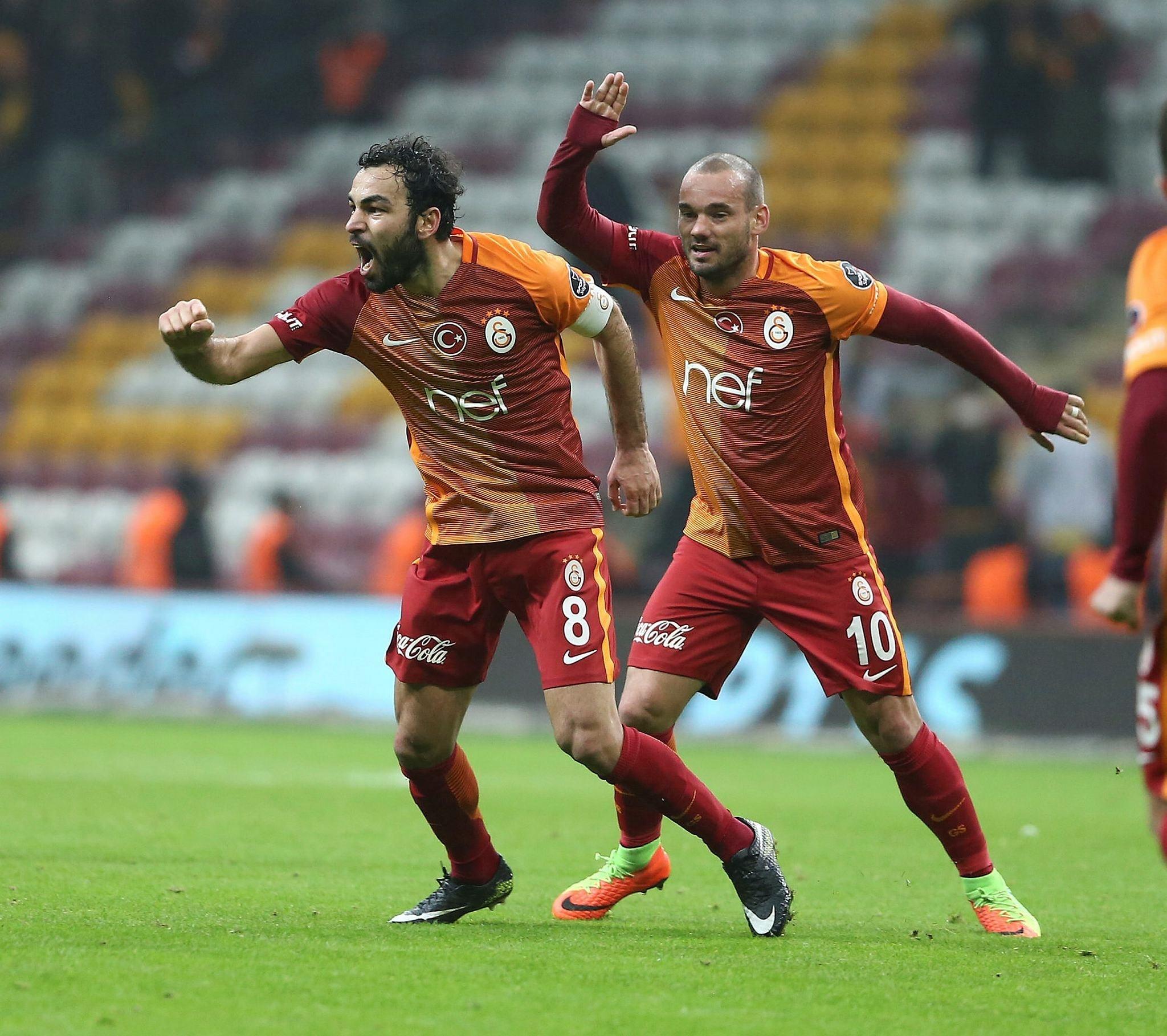 Dutch star Sneijder and Selu00e7uk u0130nan celebrate the goal in extra time.