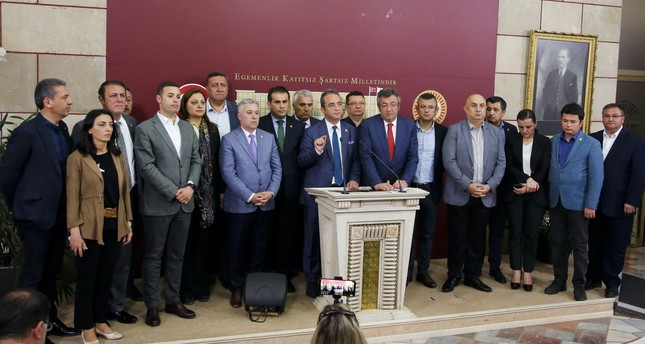 Fifteen CHP deputies who switched their allegiance to the İP over the weekend look on as four senior CHP party executives explain why these deputies were seen as disposable.