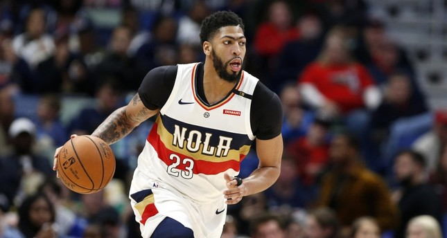 New Orleans Pelicans forward Anthony Davis brings the ball up during the first half of a home matchup against the Phoenix Suns, March 16, 2019.