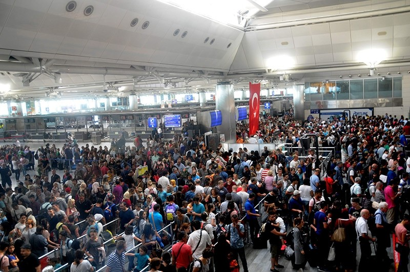 Passengers waiting for passport checks at Istanbul's Atatu00fcrk's Airport (Sabah Photo)