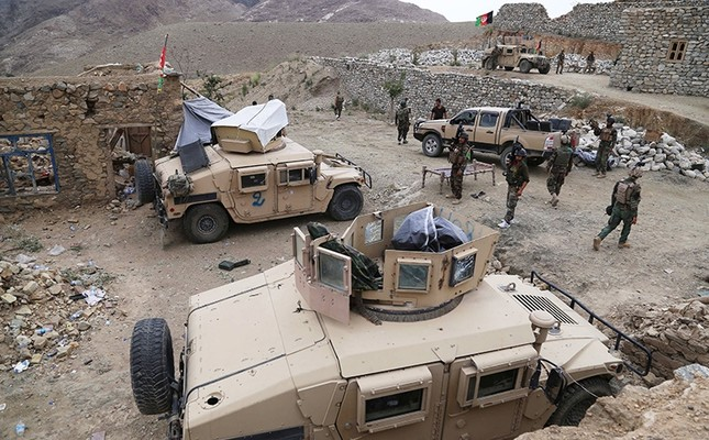 Afghan soldiers patrol in restive Achin district, where Afghan and U.S. security forces are engaged in an operation against Daesh terrorists, in Mamond valley, Achin district, Nangarhar province, Afghanistan, Aug. 18, 2017. (EPA Photo)