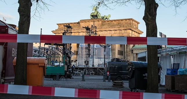 The area between Berlin's June 17 street and Brandenburg gate is blocked in preparation for New Year Eve's celebrations at the Brandenburg Gate in Berlin, Germany, 29 December 2017. (EPA Photo)
