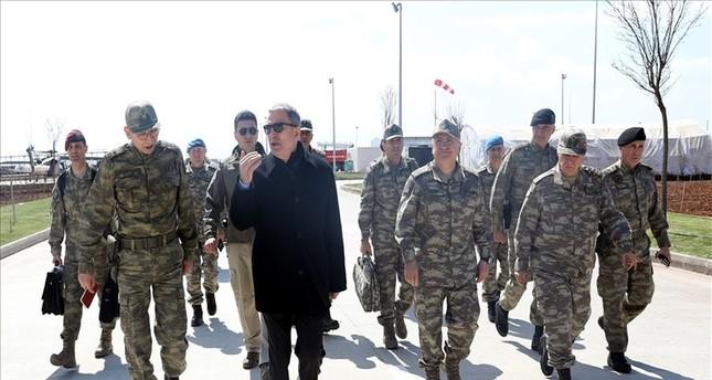 وزير الدفاع وقادة الجيش التركي يجرون زيارة تفقدية للحدود مع سوريا