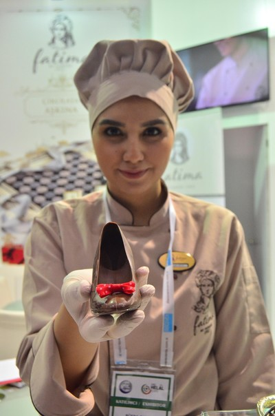 Chef displays chocolate shoe at OIC Halal Expo in Istanbul. (AA Photo)