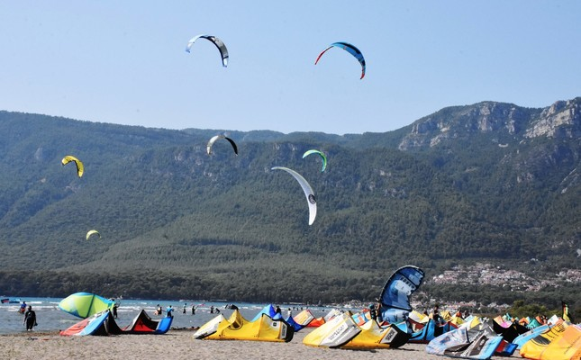 Adventure seekers camp on the coast of Muğla and enjoy wind and kite surfing.