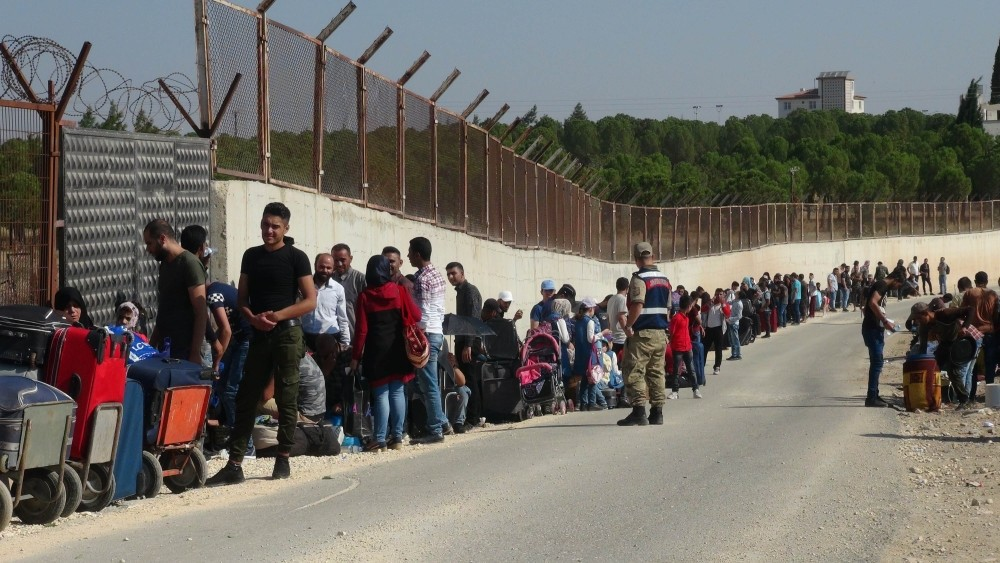 Syrian refugees await at Turkey's u00d6ncu00fcpu0131nar crossing to travel to Syria