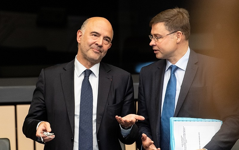 European Commissioner for Economic and Financial Affairs Pierre Moscovici (L) speaks with Valdis Dombrovskis (R), vice president of the European commission for the Euro and Social Dialogue, on Oct. 23, 2018. (EPA Photo)