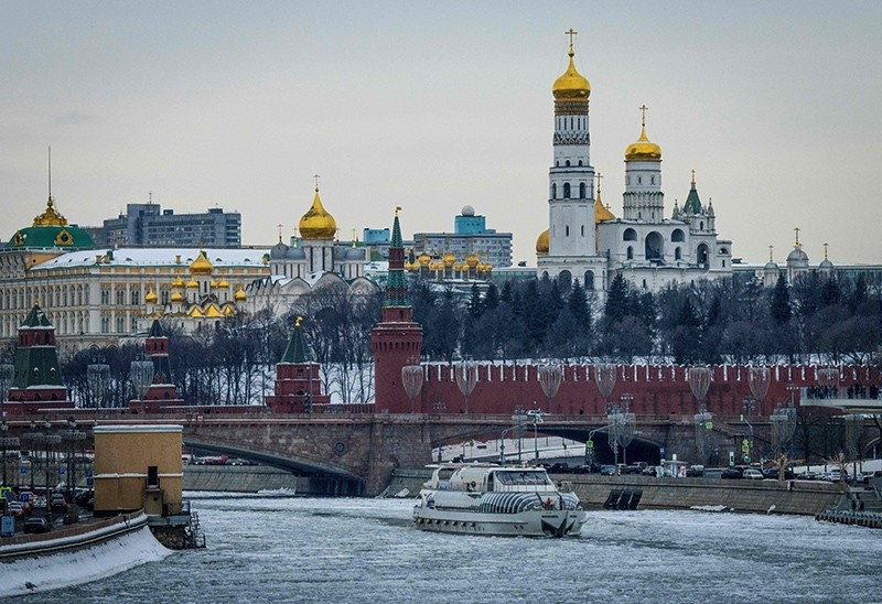 A tourist boat breaks through the frozen Moskva river outside the Kremlin in Moscow, Russia, March 13, 2018. (AFP Photo)