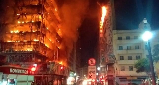 انهيار مبنى في ساو باولو خلال محاولة رجال إطفاء إخماد حريق