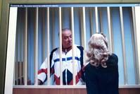 Сергей Скрипал говорит со своим адвокатом в зале суда (Фото из архива)