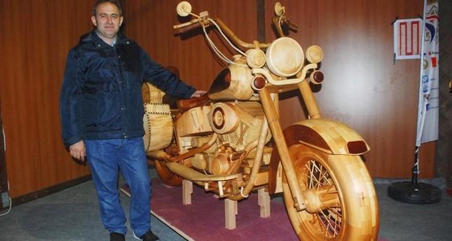 مهندس تركي يصنع دراجة نارية من الخشب