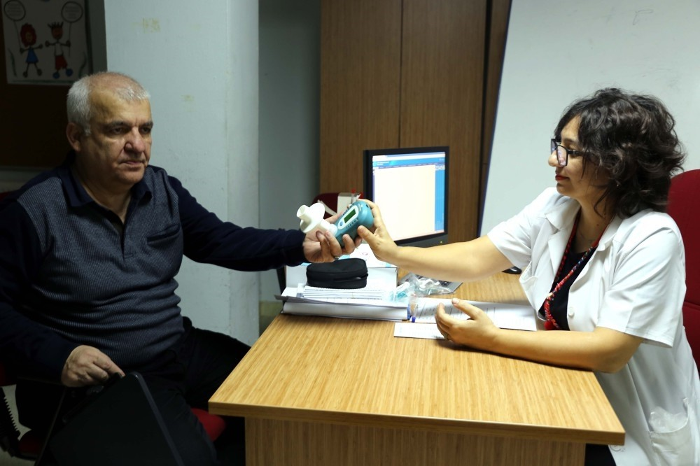 Mehmet Au015fan, a smoker for 50 years, tries a smokerlyzer in the company of Dr. Lu00fctfiye u015eahin, in u0130zmir, Feb. 8, 2019. State-run clinics offer free treatment for smokers looking to quit.