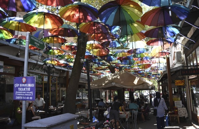 People of the city gather in the authentic athmosphere of the bazaar.