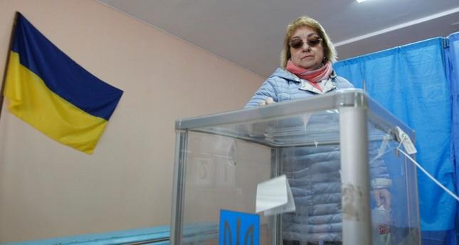الأوكرانيون يصوتون في الجولة الثانية من انتخابات الرئاسة وممثل كوميدي الأوفر حظاً