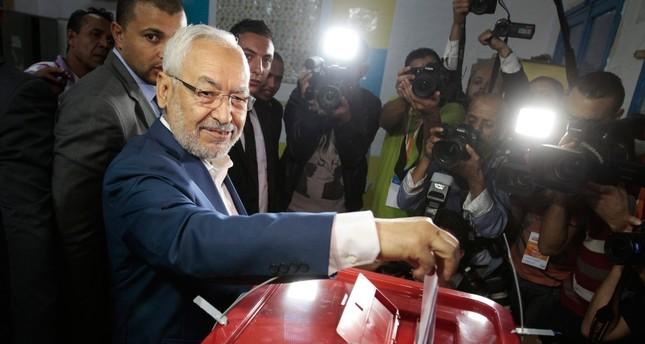 أرشيفية-  زعيم حركة النهضة راشد العنوشي أثناء إدلائه بصوته في الانتخابات البرلمانية بتونس رويترز