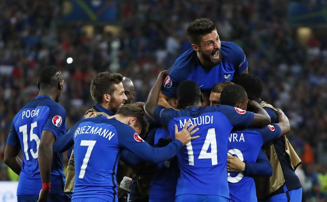 France's Olivier Giroud celebrates with team mates after Dimitri Payet scored their second goal (Reuters Photo)