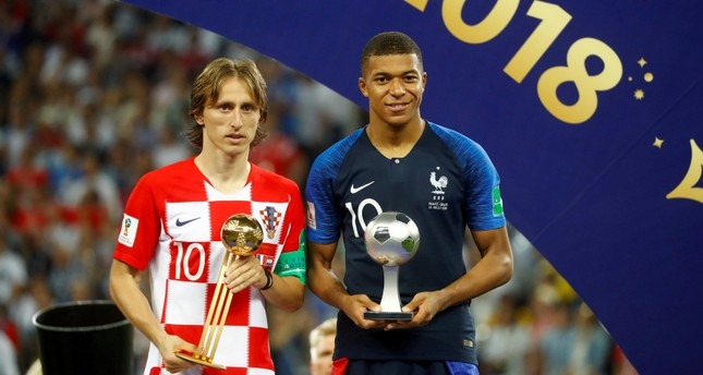 Croatia's Luka Modric poses with the FIFA Golden Ball award as France's Kylian Mbappe poses with the FIFA Young Player award. (REUTERS Photo)