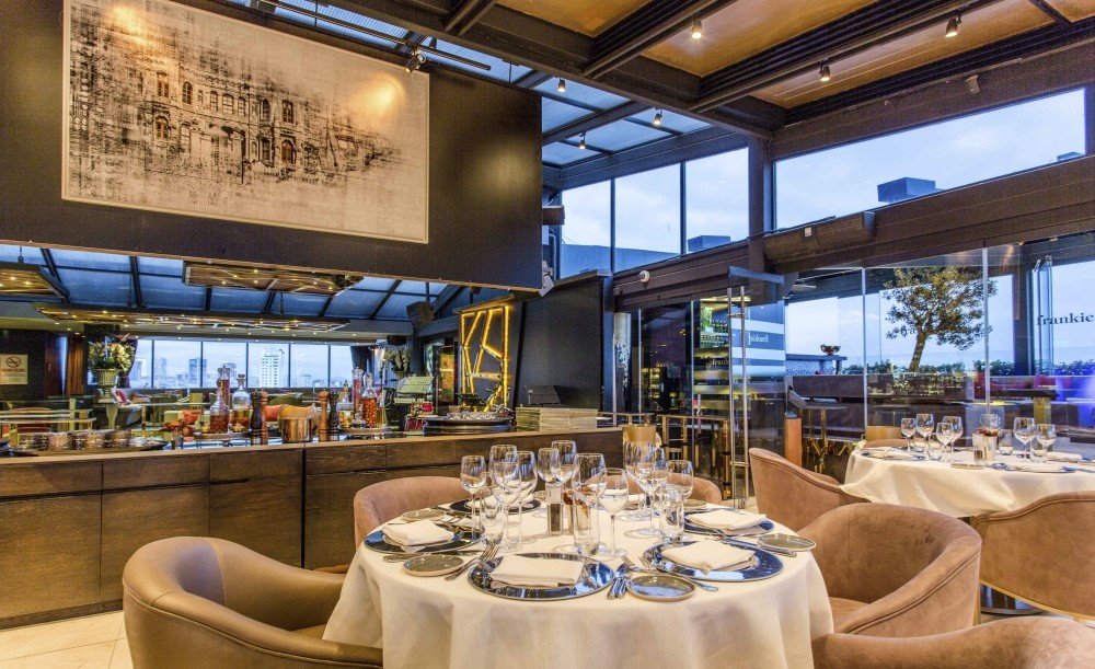 Frankie hosts its guests with a rich menu and fine atmosphere on the terrace floor.