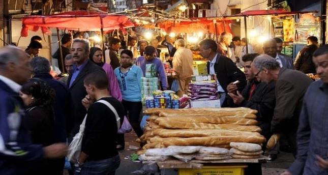 الجزائر.. إلزام 50 ألف تاجر بالعمل خلال العيد لتلافي نقص الغذاء