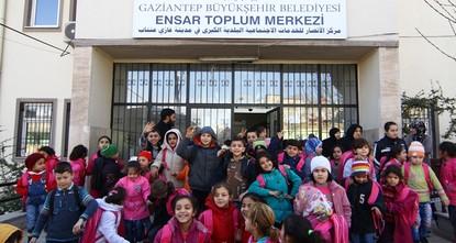 يوفر مركز الأنصار الاجتماعي التابع لبلدية غازي عنتاب التركية جنوبي البلاد، خدمات استشارية مجانية للاجئين السوريين الهاربين من الحرب، في عدّة مجالات كالتعليم والصحة والسكن وحتى الزواج، فضلًا عن...