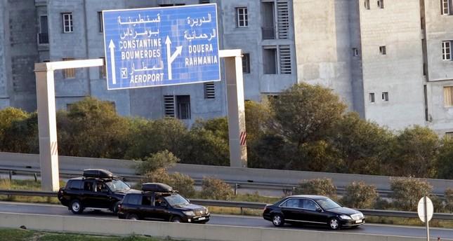 موكب عبد العزيز بوتفليقة عائدا إلى الجزائر (رويترز)
