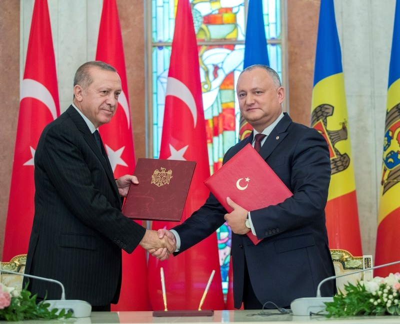 President Recep Tayyip Erdou011fan, left, shakes hands with his Moldovan counterpart Igor Dodon after signing of a bilateral accord in Chisinau, Moldova, Oct. 17, 2018. (EPA Photo)