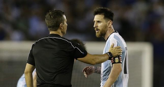 الاتحاد الدولي يوقف ميسي 4 مباريات لـإهانته الحكم