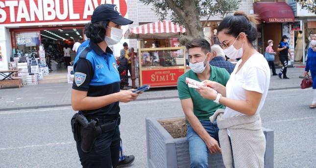 شرطة إسطنبول توزع على المواطنين منشورات توعية بمكافحة كورونا وكالة الأناضول