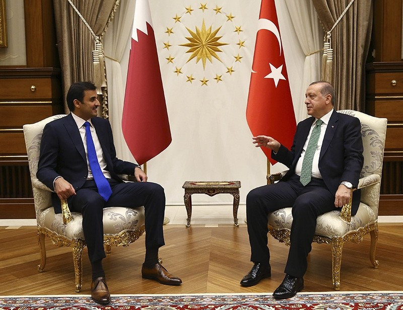 President Recep Tayyip Erdou011fan (right), talks with Qatar's Emir Sheikh Tamim bin Hamad Al Thani (left) prior to their meeting at the Presidential Complex in Ankara, Turkey, Thursday, Sept. 14, 2017 (AP Photo)