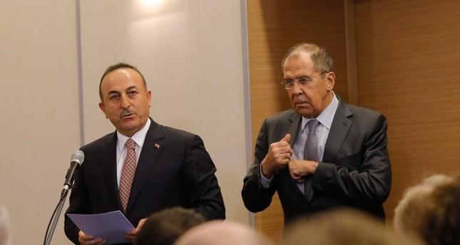 وزير الخارجية التركي يتلو نص الإعلان المشترك الذي توصل إليه الرئيسان التركي والروسي، بحضور نظيره الروسي (الأناضول)