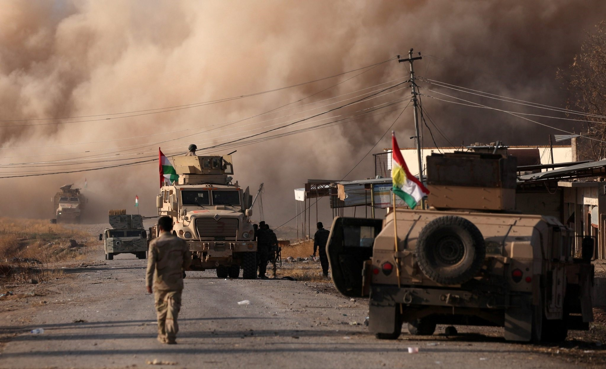 Smoke rises during clashes between Peshmerga forces and Daesh in the town of Bashiqa, east of Mosul, during an operation to attack Daesh militants in Mosul, November 7, 2016. (REUTERS Photo)